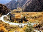 在新疆独库公路驰骋