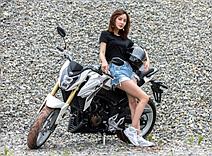 野性十足秀身材 媳妇为摩托当车模