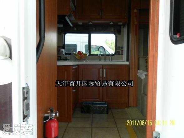 """自美国原装进口的福特E450豪华型房车,车长9.6米,宽2.5米,高3.5米,旅居房车又简称房车、RV、旅居车等。房车兼具""""房""""与""""车""""两大功能,但其属性还是车,是一种可移动、具有居家必备的基本设施的车种。其车上的居家设施有:卧具、炉具、冰箱、橱柜、沙发、餐桌椅、盥洗设施、空调、电视、音响等家具和电器。旅居房车是集""""衣、食、住、行""""于一身,实现您 """"生活中旅行,旅行中生活""""的时尚产品。    房车建造结构精"""