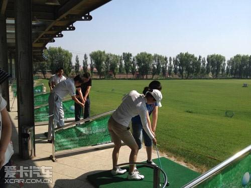 数十位车友跟随其后,到达倍力健高尔夫练习场,在进行了点名,签到等一图片
