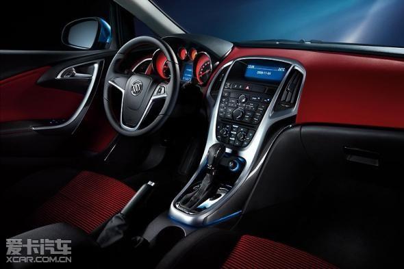 内饰充满科技感,各种按键触手可及,让驾驶员在开车的时候操作更加方便