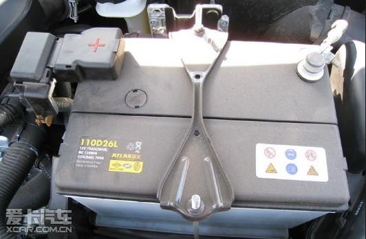 电池是汽车上的重要部件,它的功能是供给起动机用电,在发动机起动高清图片