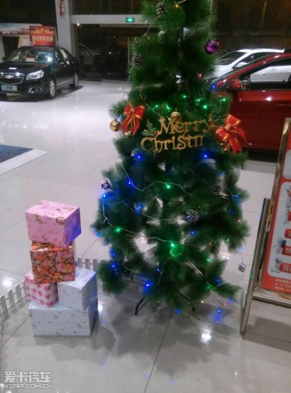 展厅内摆放着一根圣诞树,使得元旦的气氛变得愈加浓烈,《铃儿响等