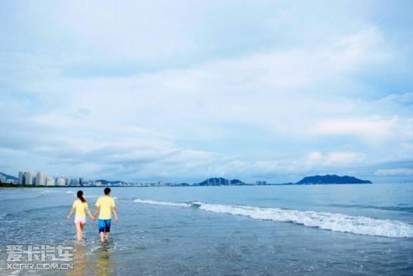 手牵手在海边漫步.
