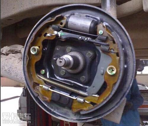 鼓式刹车结构简单