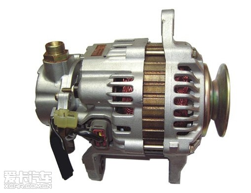 同步发电机是根据电磁感应原理工作的,它通过转子磁场和定子绕组的