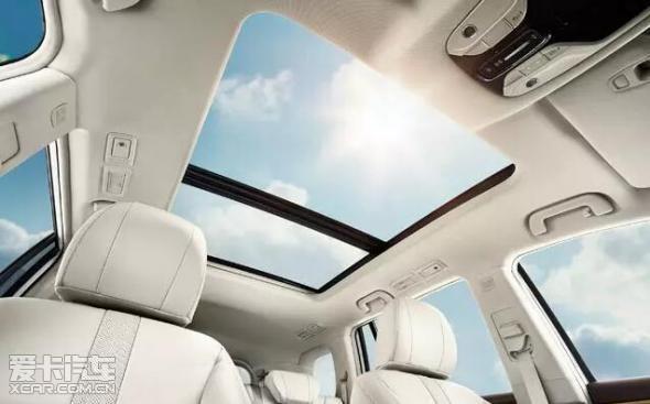 除了可以看窗外的彩灯外,你们还可以在gs8车内享受温馨有情调的