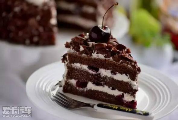 德国最为出名的就是味道浓郁的黑森林蛋糕,融合了樱桃的酸、奶油的甜、巧克力的苦、樱桃酒的醇香。德国的黑森林地区盛产黑樱桃,当地人会把过剩的黑樱桃夹在巧克力蛋糕内,并涂上奶油及洒上巧克力碎片,制成黑森林蛋糕。传至其他地方时,由于没有黑樱桃,因此黑森林蛋糕逐渐演变成了巧克力蛋糕。 乳酪蛋糕 希腊