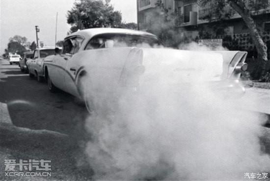 黑色尾气   故障表现:很多司机朋友发现黑色尾气都不会在乎,以为那是正常的颜色,但是你会发现发动机抖动大,排气管有不正常声音发出,同时排出黑色烟体,加速时感觉无力。这一般是汽车发动机汽油燃烧过度造成的,更专业的术语是,缸内混合气的汽油成分超出了正常水平。   故障原因:空气滤清器脏了,进气不足,化油器出故障了,没有化油器的电喷车,还可能是排气管内的氧传感器污染了,无法给配气电脑提供正确的信息。要知道,这些毛病将导致气门积碳,影响燃烧室的密封性,致使发动机功率下降,造成车辆的动力性下降,加速缓慢。