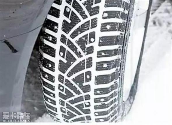 雪地轮胎相比普通的冬季轮胎在材料,轮胎花纹等方面都有很大的不同,狮