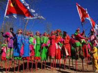 在贺兰山上扭着东北大秧歌过春节