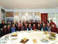 老去的红领巾们在毛主席画像下依旧飘扬