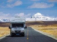 一个大篷车四个人,八个月六万公里
