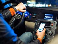 开车玩手机不安全,为啥明知故犯?