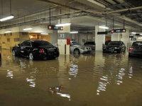 当洪水灌进地库后 看司机如何机智应对