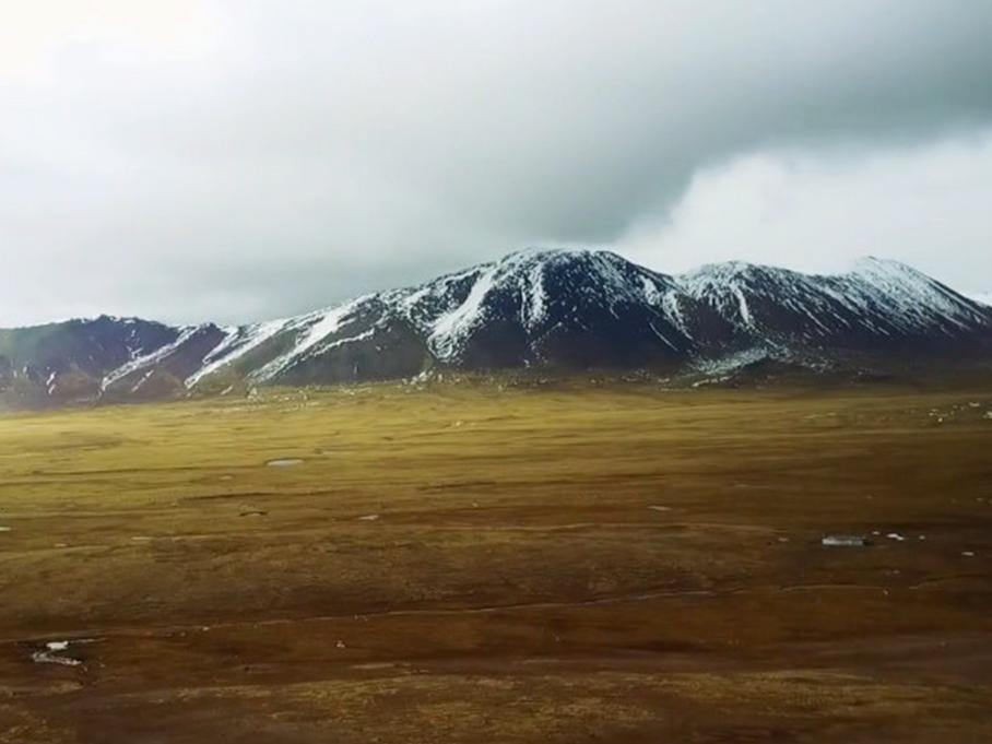 元宝儿爸爸翻越海拔5231米的唐古拉山口