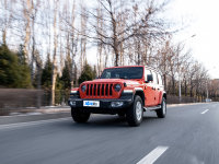 《�x���l的》 �c�r俱�M的Jeep牧�R人