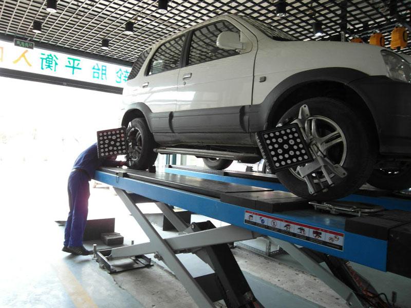 汽车 小车前轮四轮定位 左外倾角 0.5度,右外倾角 0.6度 左前束1.5