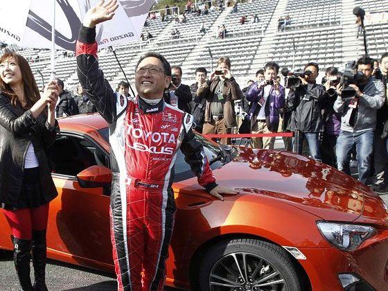 """2011年,丰田章男在静冈县小山町的富士赛道发布新款轿跑""""86""""。"""
