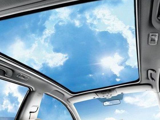 全景天窗大致分为三种,材质都是由钢化玻璃加工而成。根据厂商设计,在打开方式上各不相同,单片式大天窗通常因为其体积问题只能进行上翘或是平行打开其中一种;双片式天窗就是两个天窗分前后排使用,通常前面天窗与普通天窗打开方式上是相同的,而后部天窗不能打开只用于透光及观赏用;达到整个车顶都是玻璃的全景天窗,通常情况下它并不具备任何的开启方式。