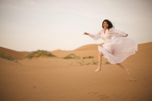 美女沙漠流浪 那片寂寥与荒凉