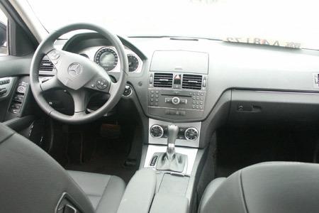 Mercedes-Benz C280 Estate的内装布局非常简约,但是该有...