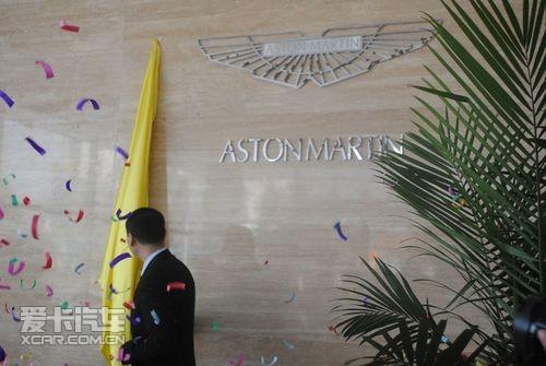 阿斯顿b马丁汽车标志为一只展翅飞翔的大鹏,分别注有阿斯顿、高清图片