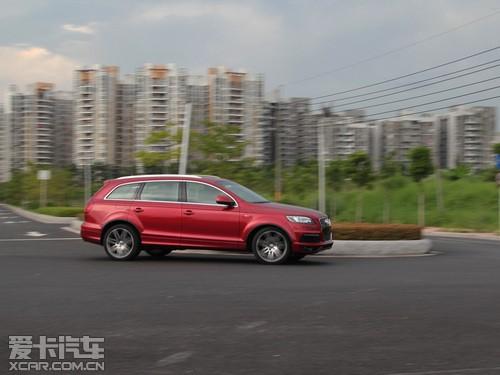 2011款奥迪Q7 3.0T在铺装的高速路上行驶会有更好的优势.可调的空高清图片