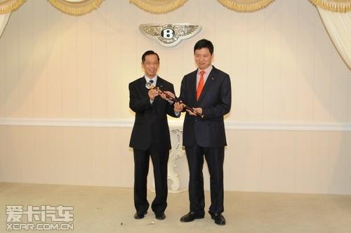 宾利中国董事长麦炯添先生将宾利权杖授予宾利西安董事长高清图片