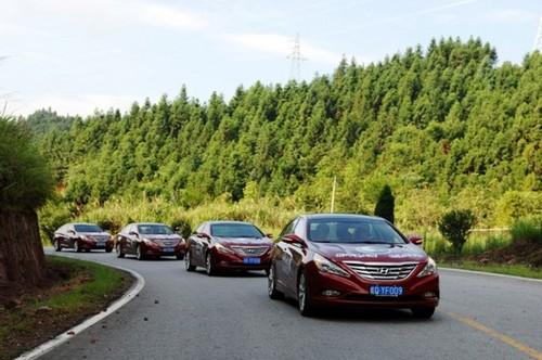 第八代索纳塔车队行进-现代汽车欧洲首席设计师解读 流体雕塑高清图片