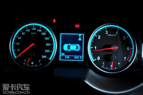 中华v5仪表盘采用赛车刻度设计.