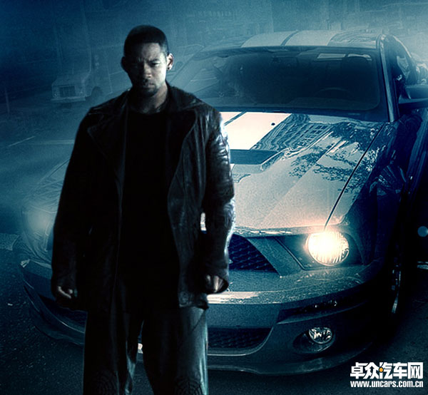 福特/电影我是传奇中,由威尔史密斯饰演的罗伯特·内维尔,驾驶着一辆...