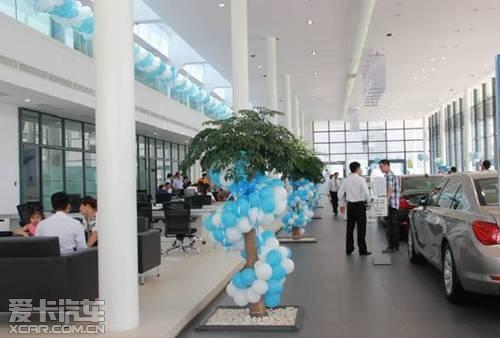 气球点缀下,展厅不失轻松与活泼,看现场的客户正在尽情享受bmw之悦.