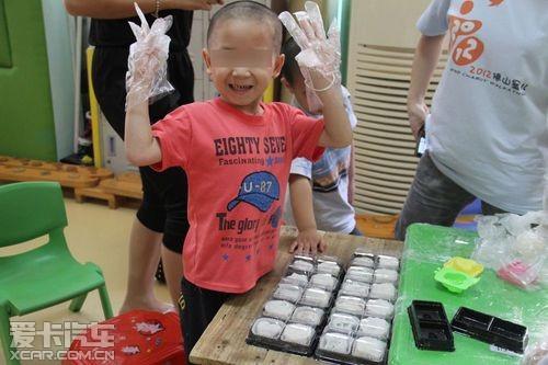孩子们一个个可爱的笑脸显得特别有成就感.