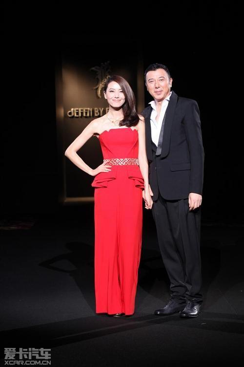 奥迪进取先锋高圆圆女士身着融入苗绣元素的红色晚礼服与谢峰先生一道