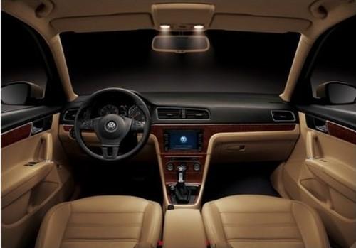 除了对外观内饰方面的了解,嘉宾还通过预约到达展厅进行试乘试驾,充分感受到全新朗逸前瞻性科技配置和堪比B级车的舒适人性化设置。 全新朗逸秉承了德系车一贯的卓越品质,动力充沛,操控精准流畅、灵动自如。全新朗逸采用了两款发动机1.4TSI和1.6L发动机。1.4TSI发动机创新地集成涡轮增压系统、燃油缸内直喷技术以及可变气门正时功能于一身,其额定功率达到96kw,在低转速时即可拥有高达220N•m的磅礴扭矩。