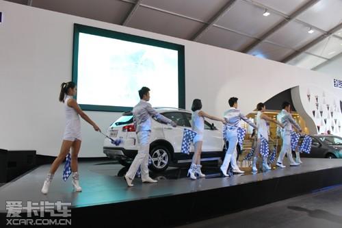 x80在本次车展上的亮相倍受瞩目.奔腾x80凝聚了中国一汽700高清图片