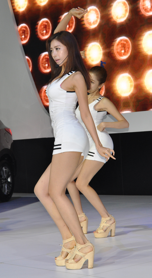 杭州车展北京现代展台的美女劲歌热舞 爱卡汽