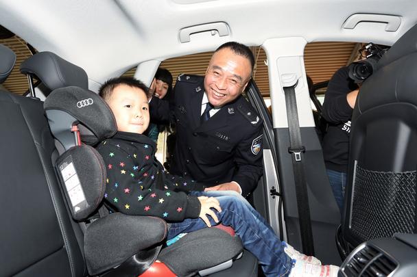 为现场嘉宾详细介绍并演示儿童安全座椅的正确选购和使用方法
