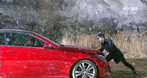敞篷车作为e级   轿车   的双门轿跑版本.市场售价为人民高清图片