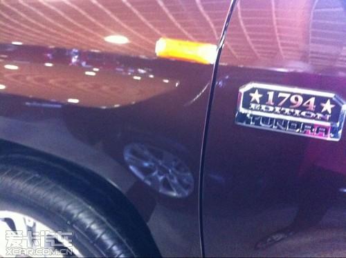 丰田/2014款丰田坦途它的前脸和红杉如出一辙,宽阔的肌肉感得到了...