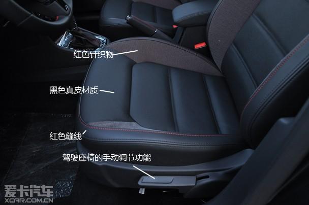 后排座椅同样与普通版保持一致,红黑双色拼接沿用到后排座椅,看起来略有运动范,不过在后排同样存在有些不满意的地方,后排扶手没有配备杯架,虽然扶手较大,但没有杯架还是有点失落,前排扶手后面仅设置了一个杯架,多少影响后排的乘坐舒适性。后备箱方面,保持普通版的储物能力,后排容积率为450L,在后排座椅放倒后,行李箱的空间将大幅提升,增加实用性。