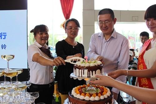 万铃/【昆明万铃总经理、7年员工、客户代表共同切生日蛋糕】...