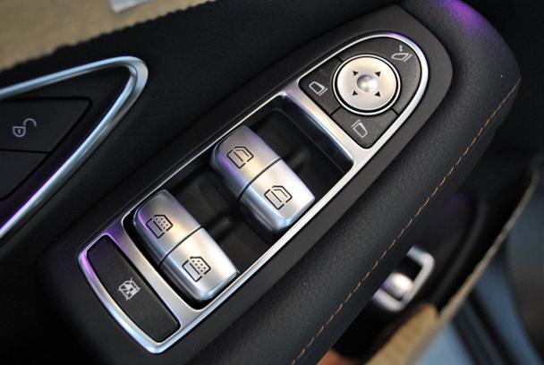 另外,全新奔驰s级还搭载了burmester音响系统,led氛围灯,新的mbrace2