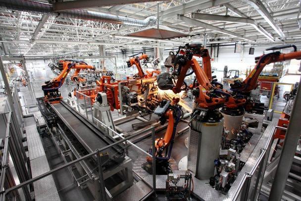 完全颠覆了我脑海中对于汽车工厂的印象,既没有嘈杂的噪音,大批的材料