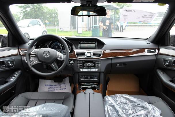 奔驰e200l采用全黑内饰+桃木装饰条