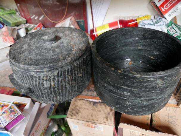 左边为手工制作的石锅,右边为机器制作石锅 石锅鸡必须用墨脱石锅制作才为正宗,墨脱石锅原料为世界上稀有的天然皂石,质地绵软,石锅以灰褐色、灰巴色为主色调,形状为桶形,厚2-3厘米,规格大小不等,锅底有平底和弧形两类。墨脱石锅可耐2000高温,具有传热快、不粘锅、不变色等优点,汤汁香浓可口、后味醇厚、持久。常食石锅炖煮的食物对高血压、心脏病、心脑血管等疾病患者具有明显的食疗保健作用,是用来火锅、汤锅、煮饭、炖肉、煮菜的极佳器具。 由于气候原因,每年仅七八两个月才能上山采制。上山前需备足两个月的食品和柴火,由