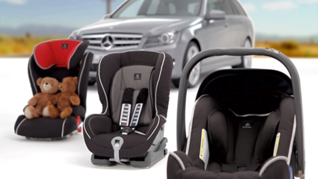 梅赛德斯-奔驰原厂儿童座椅的独特卖点 1.安全测试 梅赛德斯-奔驰儿童座椅以著名BRITAX公司的产品为基础,该公司产品技术成熟、市场成功同时深受消费者欢迎。且公司对产品进行了法律规定的所有安全测试(依照ECE 44.03 – 44.04号法规)。在戴姆勒产品系列的开发过程中,这些座椅再次测试了保护水平及其与所有梅赛德斯-奔驰乘用车的兼容性。 2.儿童座椅自动识别系统(ACSR) 只有梅赛德斯-奔驰儿童座椅采用了梅赛德斯-奔驰车辆内的儿童座椅自动识别系统所要求的整体式应答器(作为选件或标配)