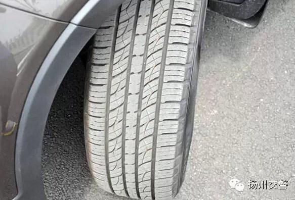 """车主应经常留意轮胎的花纹是否磨平。轮胎花纹的主要作用是增加轮胎与路面之间的摩擦力,车辆行驶在积水路面时,花纹可以排出轮胎与地面之间的积水,使轮胎与地面之间保持良好的附着力,防止车轮打滑。此外,轮胎花纹还具有防滑、制动、散热等功能。当轮胎花纹残留深度过低时,轮胎的驱动力和制动性能都将大大降低。当遇到水路时,车轮高速旋转,花纹太浅则不能将水排出,可能出现""""水上滑行""""的现象,非常危险。车主一旦发现轮胎花纹所剩沟槽深度过低,则应及时更换轮胎。 来江苏金澳买奥迪送惊喜大礼包! 江苏金澳汽车"""