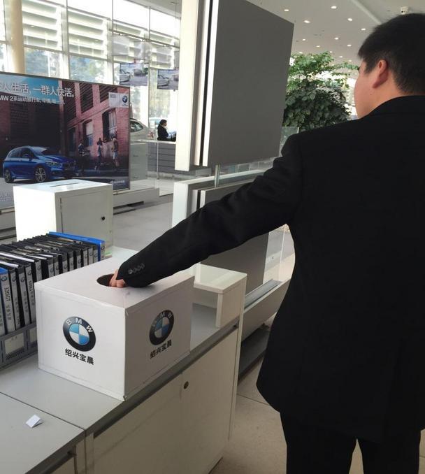 """活动现场,一位小朋友也对我们3系的内饰充满了好奇。相信在不久的未来,这样的""""小车迷""""也会成为我们宝马""""准车主""""的一员。 BMW绍兴宝晨,竭诚为您服务每一天,期待您的到来! 绍兴宝晨汽车销售服务有限公司是绍兴地区规模最大的宝马4s店,我们向客户提供BMW全线产品的汽车销售,以及原厂配件,售后服务,信息反馈等一系列服务。 绍兴宝晨地处绍兴县柯北金柯桥大道,杭甬高速柯桥出口处,交通便捷."""